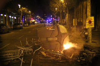 BARCELONA, Spain -- Catalan protestors made dumpster fire barricades in the street to slow police response to protests.